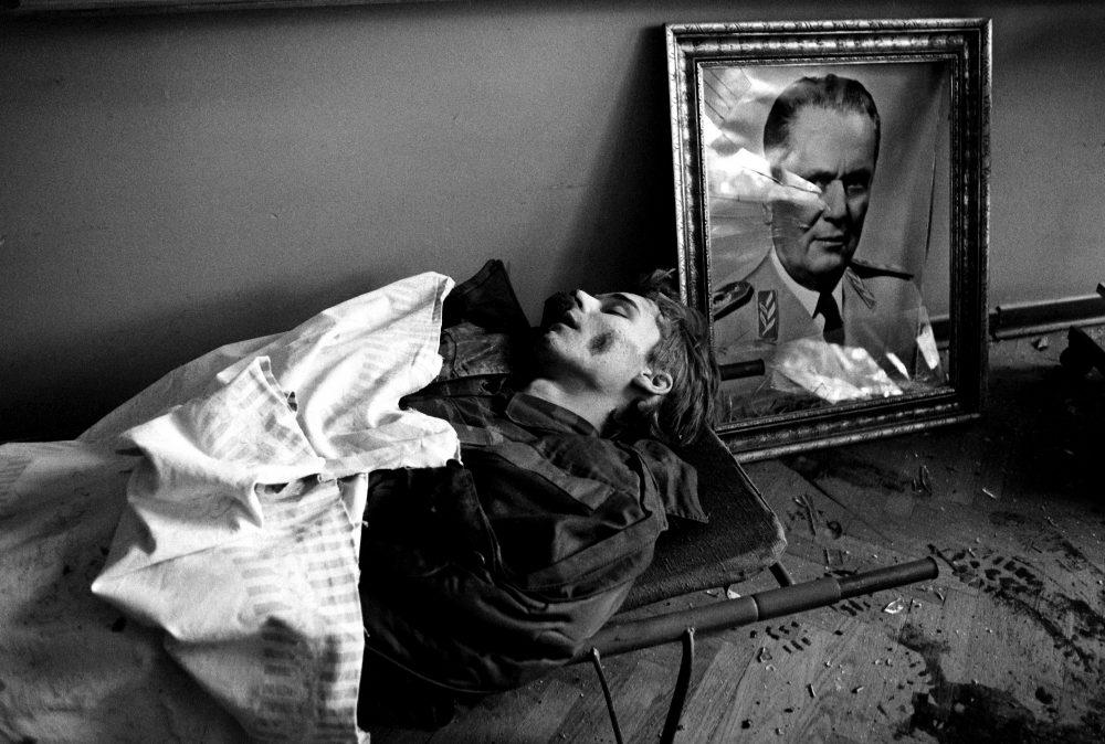 PREKOPAKRA,24.10.1991. Poginuli Hrvatski  gardist na nosilima u prostoriji poredfotografije nekadanjeg predsjednika SFR Jugoslovije Josipa Broza Tita FOTO / BOZIDAR VUKICEVIC